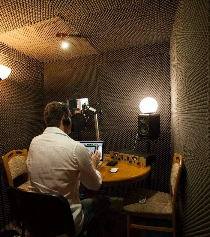 Sébastien Koenig à l'intérieur de son studio d'enregistrement voix off