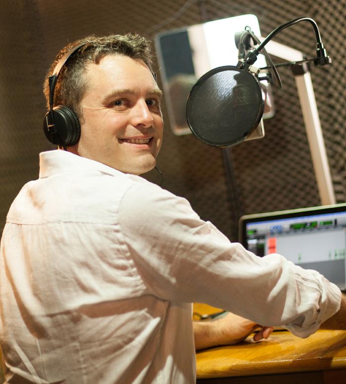 Sébastien Koenig dans son studio d'enregistrement voix off