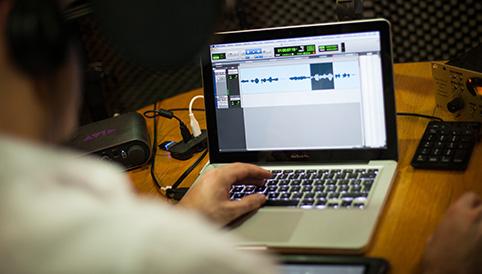 Sébastien Koenig écoute son enregistrement voix off